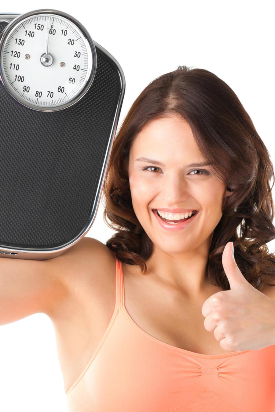 Mujer contenta con una balanza