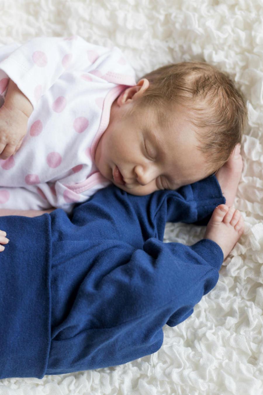 Bebés niño y niña durmiendo