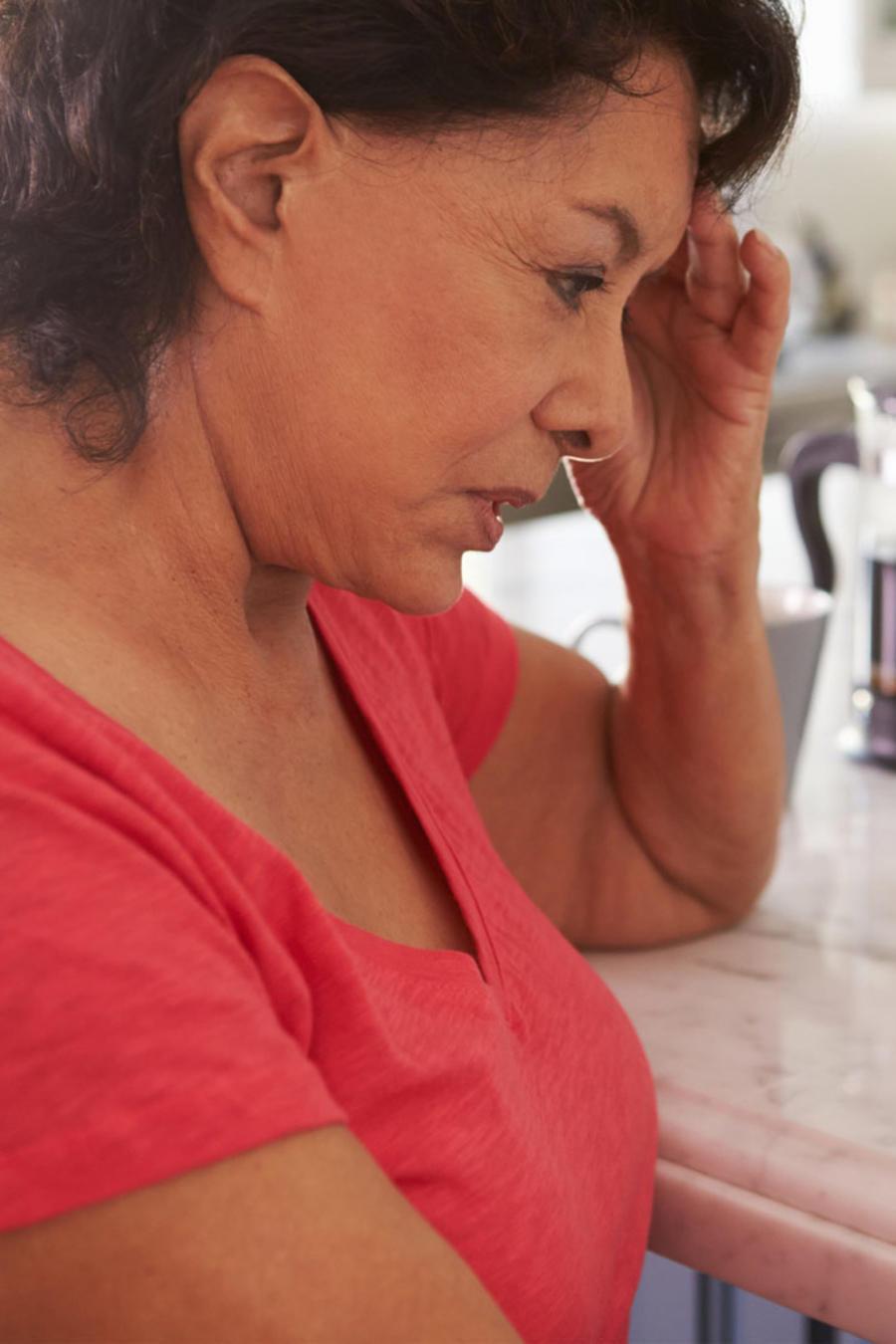 Mujer mayor mirando una foto familiar