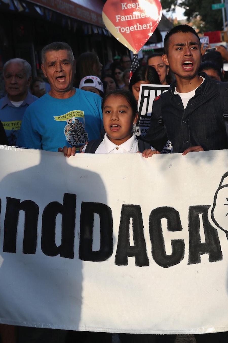 Grupo de personas defendiendo DACA