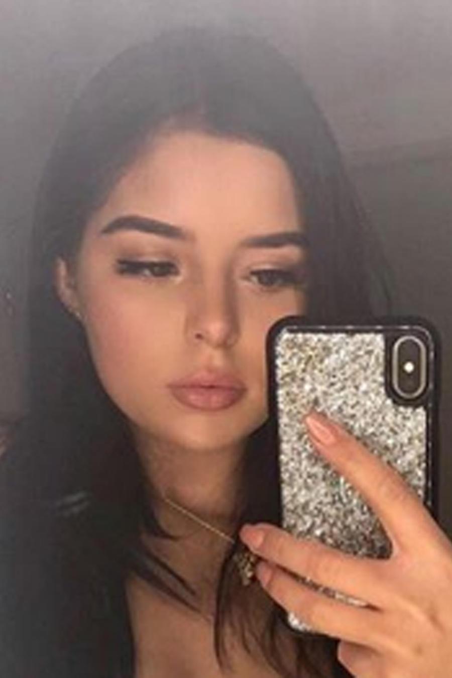 Demi Rose tomando una selfie en el espejo