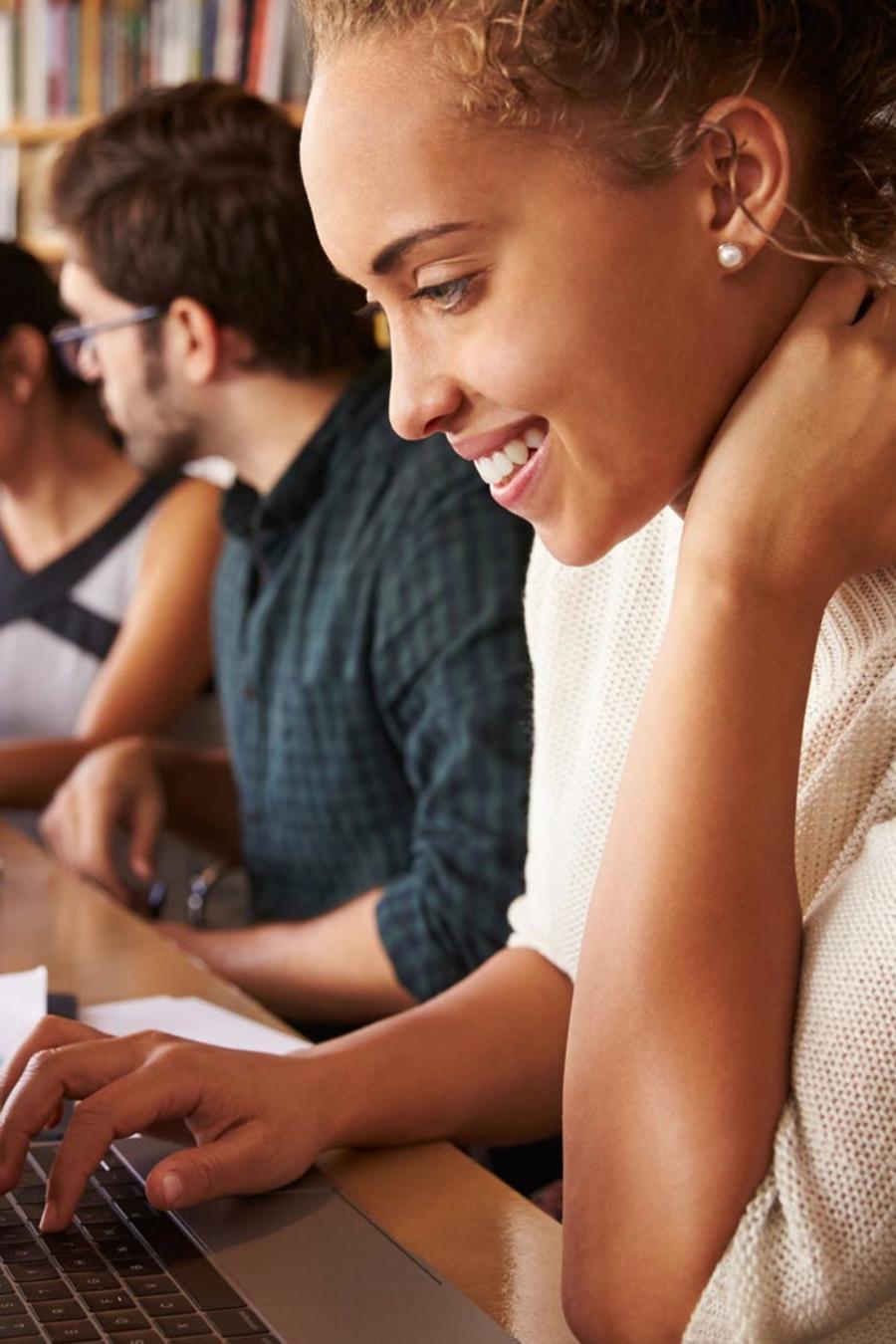 Jóvenes estudiando