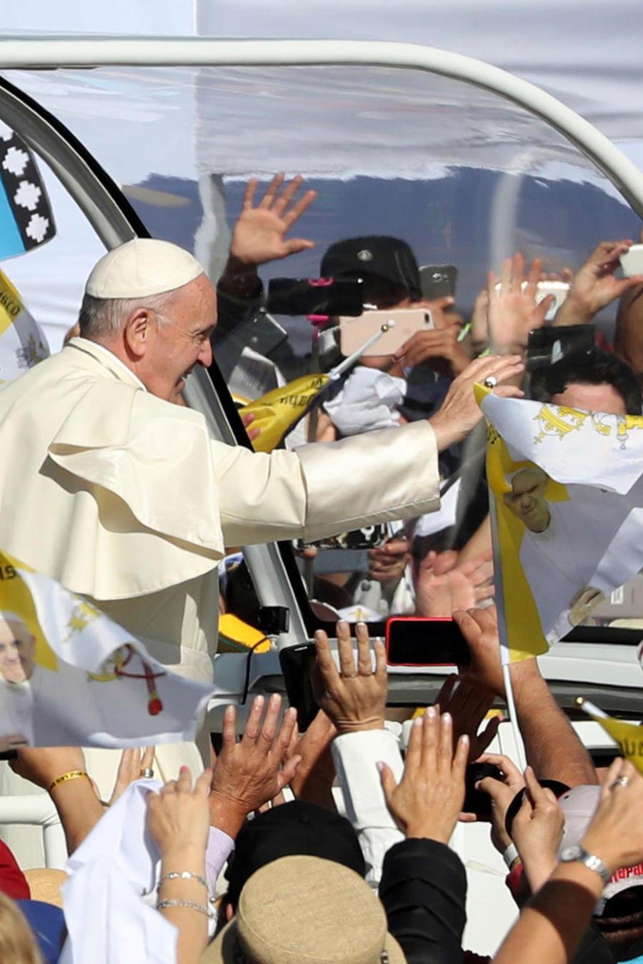 El papa Francisco recibido en Temucho, Chile, el corazón de la tierra de los mapuches