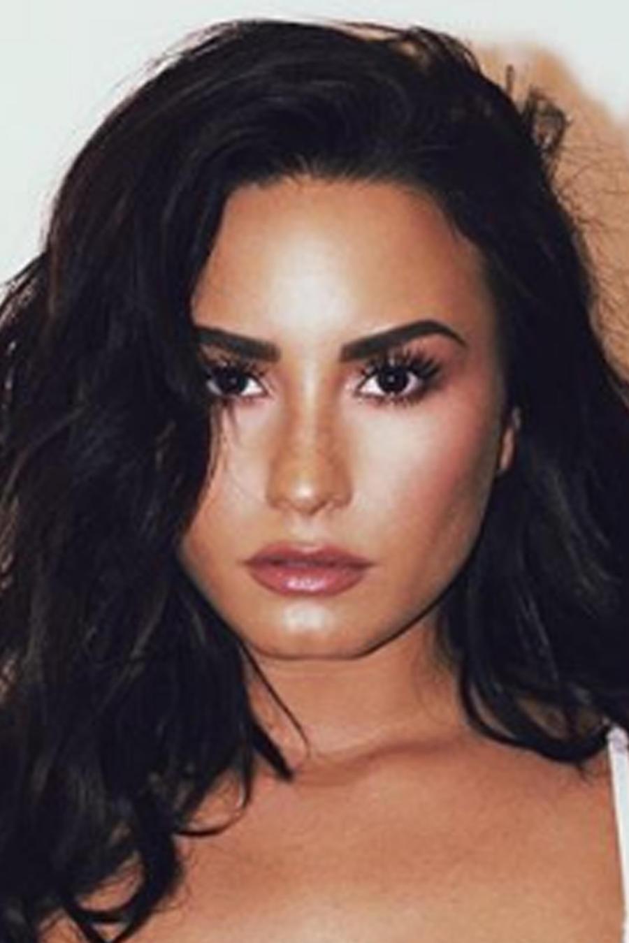 Demi Lovato en lencería blanca
