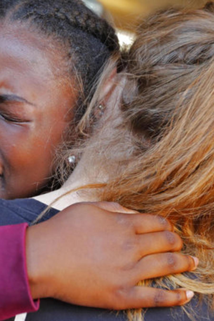 Marla Eveillard, de 14 años, llora mientras abraza a una amiga antes de la vigilia celebrada en la iglesia baptista de Parkland para honrar la memoria de la víctimas de la matanza del centro Marjory Stoneman Douglas de Parkland, Florida.