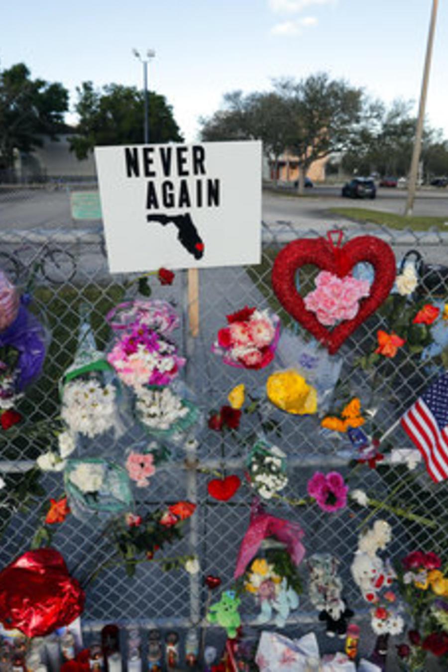 Monumento improvisado fuera de Marjory Stoneman Douglas High School, donde 17 estudiantes y profesores fueron asesinados en un tiroteo masivon Parkland