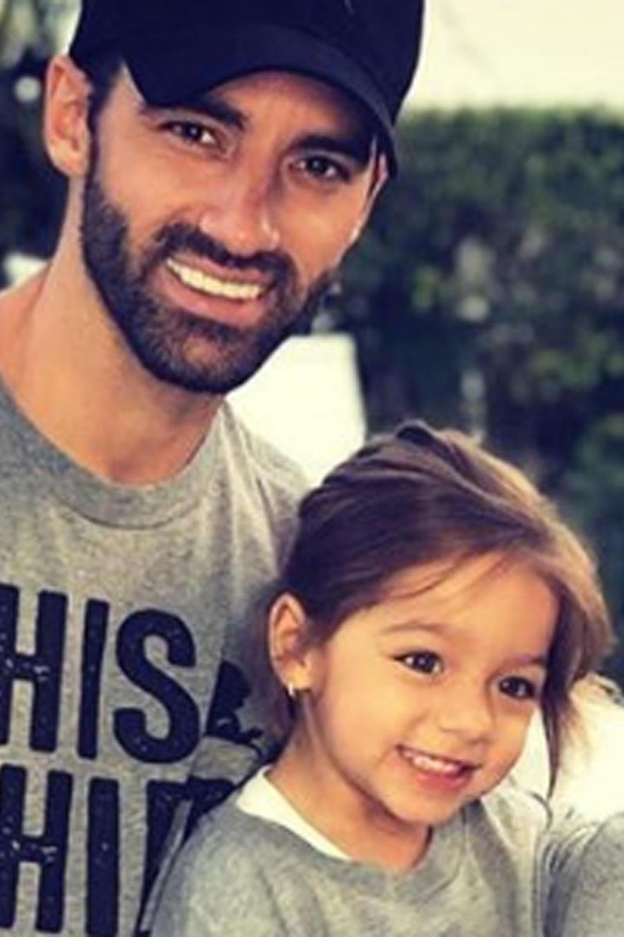 Toni Costa con Adamari López y Alaïa sonriendo