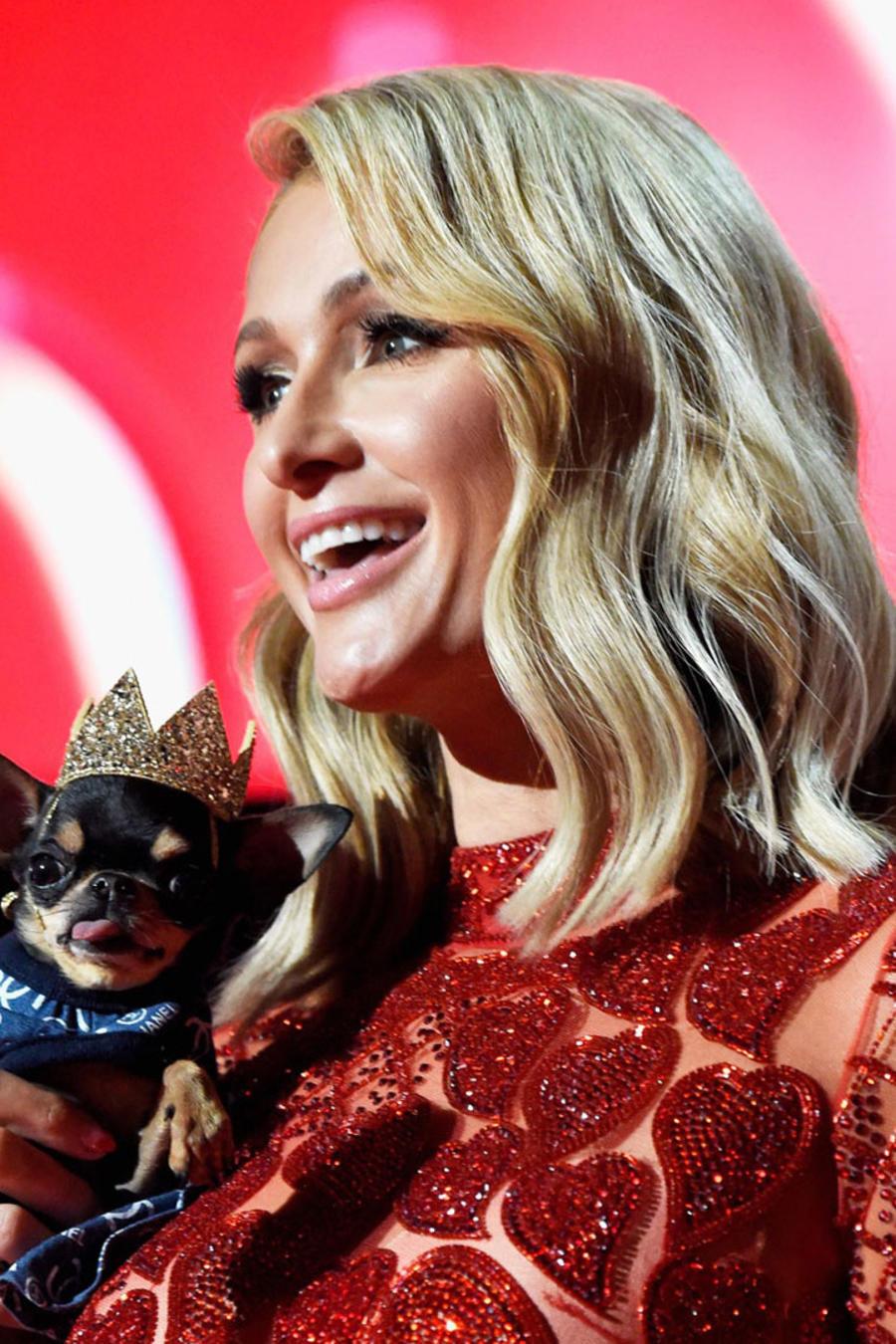 Thalía y Paris Hilton con vestido rojo de Charbel Zoe