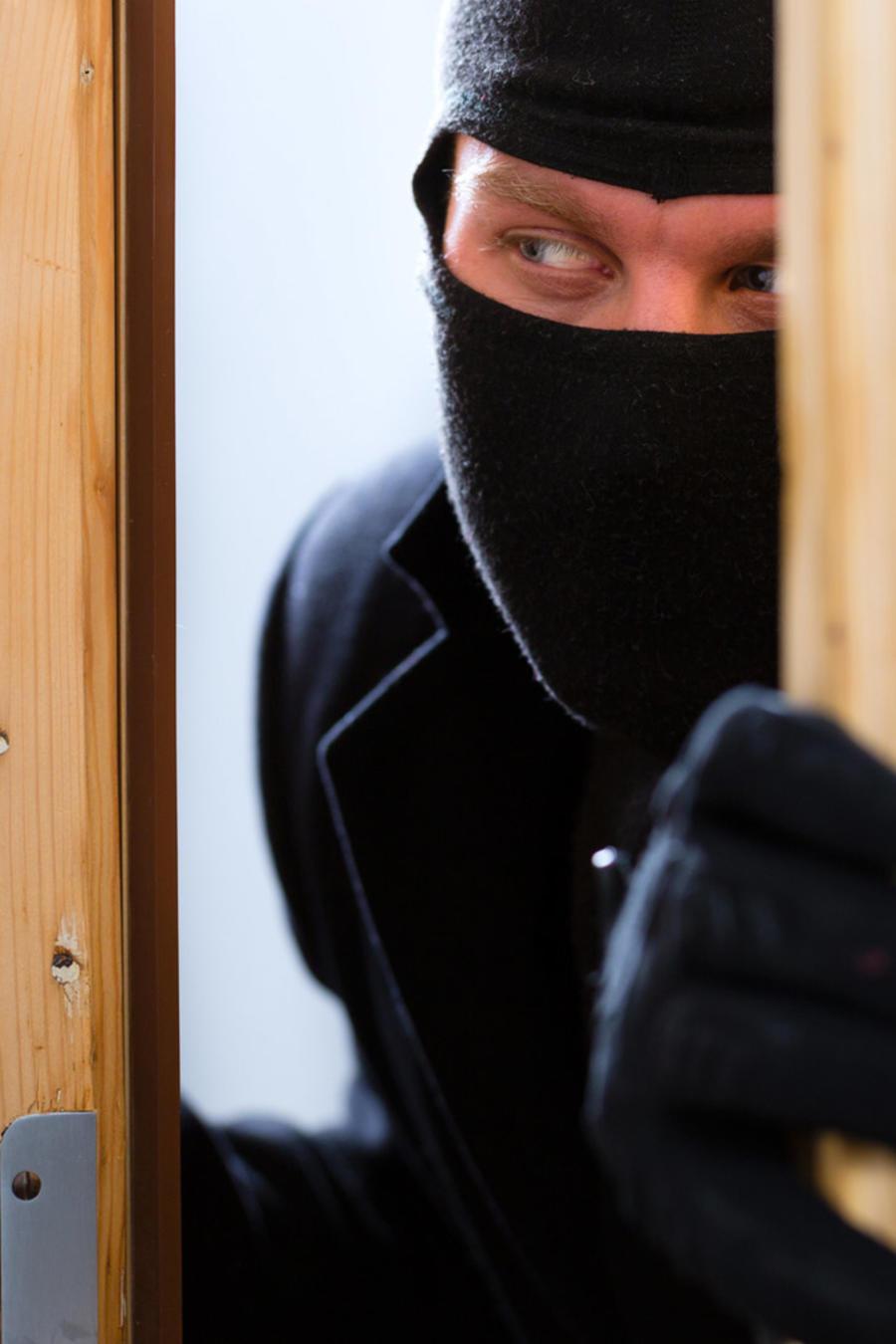 Ladrón entrando a una casa