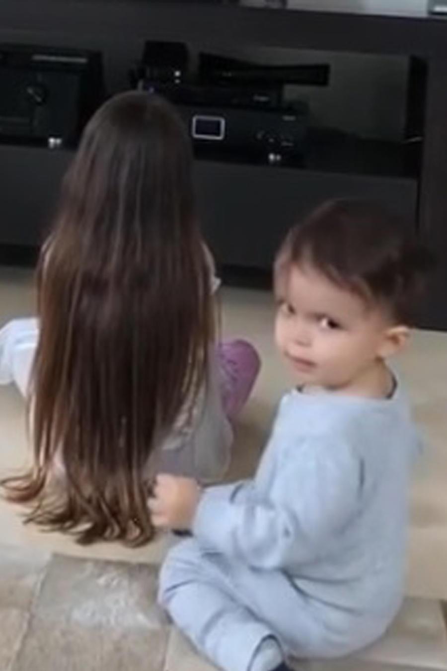Mikaela y Rocco, hijos de Luis Fonsi, viendo la tele