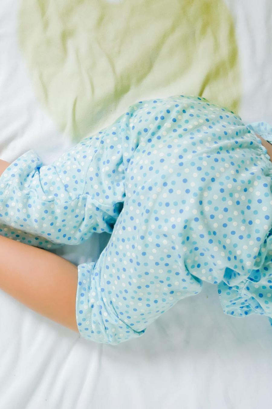 Niño orinado en la cama