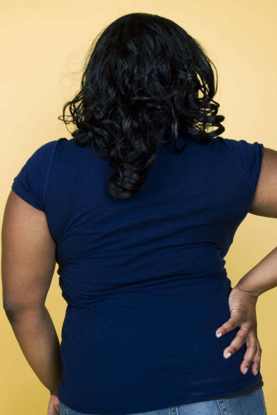 Mujer posando de espaldas