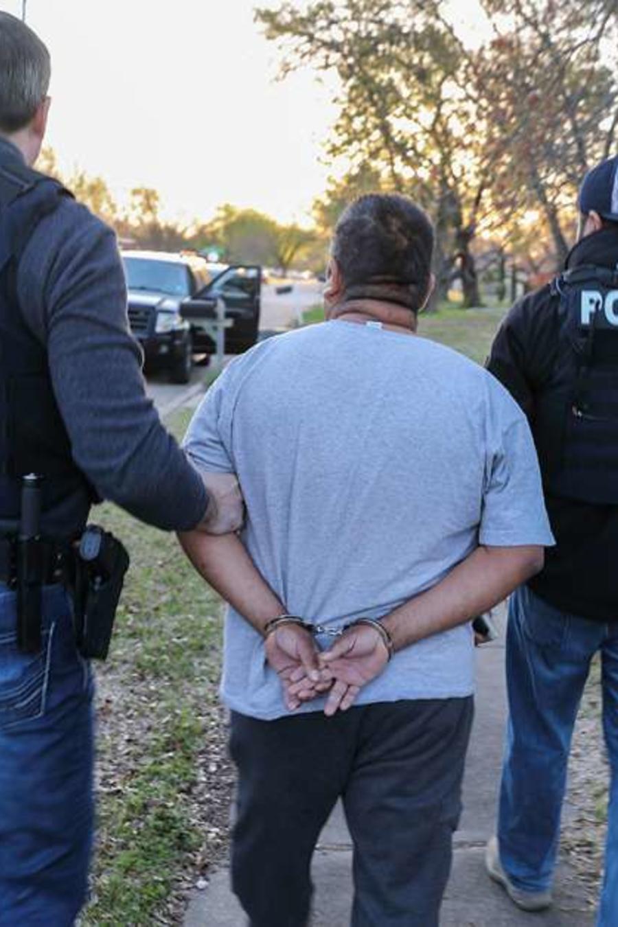 Agentes de migración detienen a un inmigrante indocumentado.