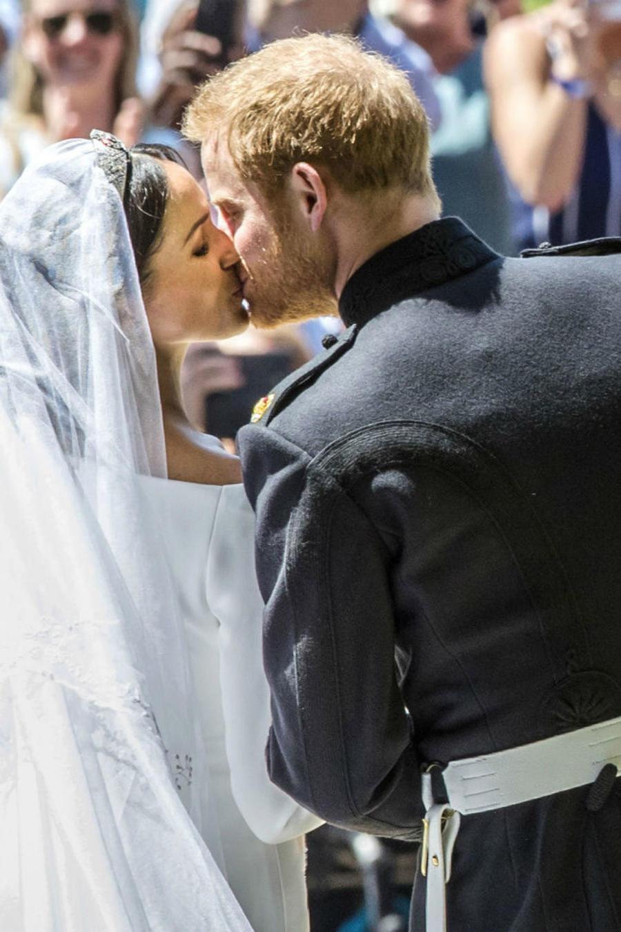 Meghan Markle y el príncipe Harry besándose