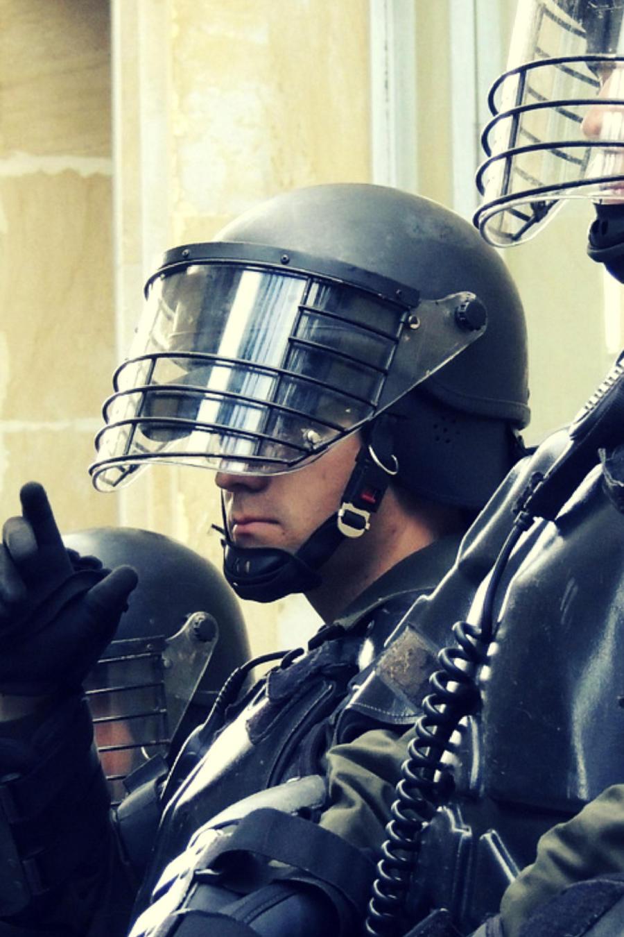 En la grabación que ha sido retomada por varios medios internacionales, se puede ver a miembros del equipo de armas y tácticas especiales intentando entrar a una casa