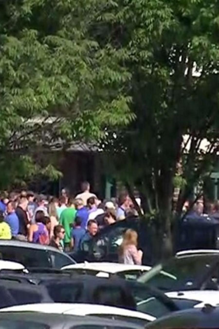 Varias personas llegaron a la Escuela Intermedia Noblesville West tras reportes de que se había desatado un tiroteo en el edificio el viernes 25 de mayo de 2018