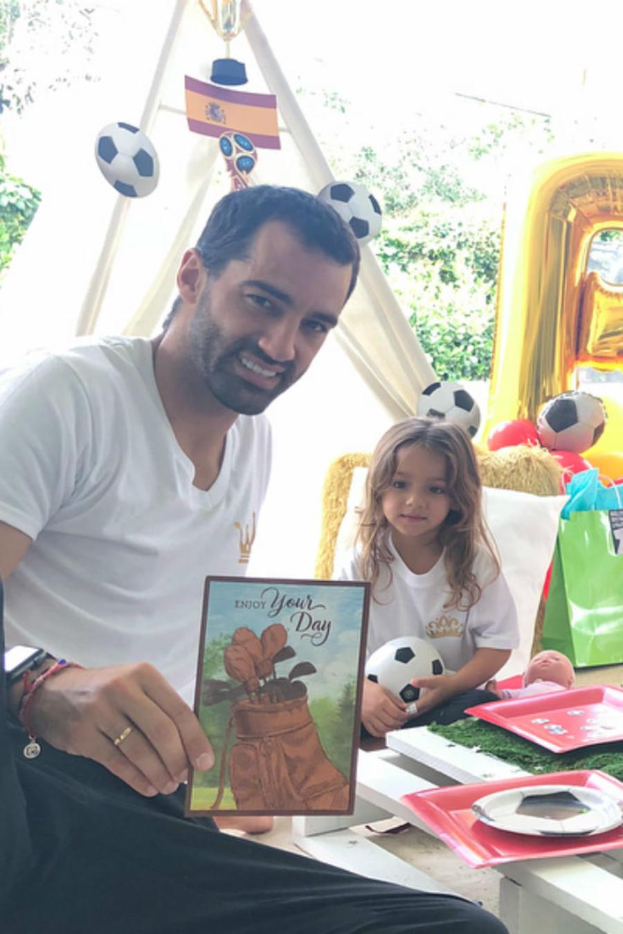 Adamari López con Toni Costa y Alaïa celebrando el Día del Padre