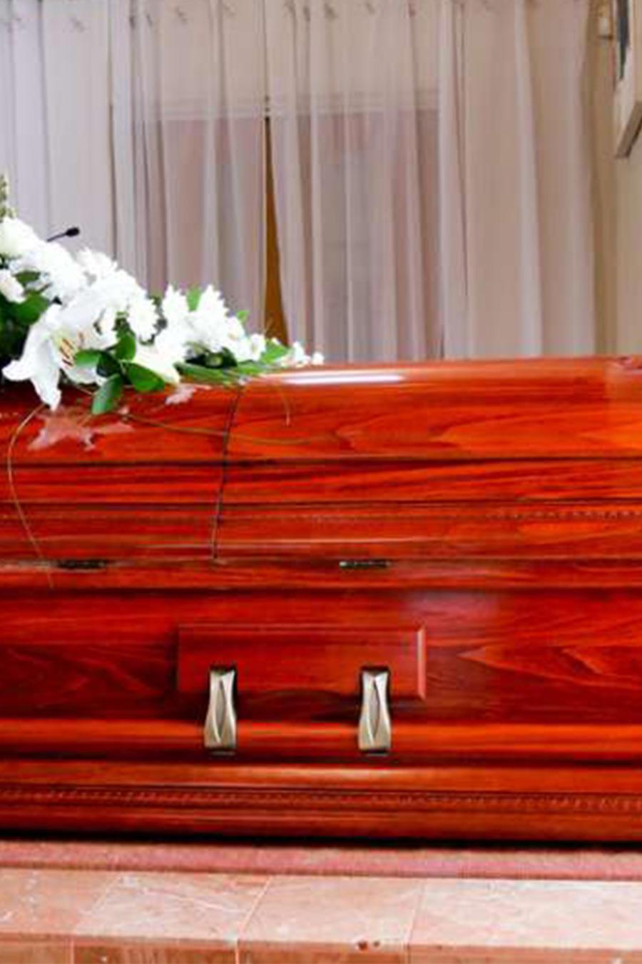 Hombre encuentra a familia celebrando su funeral