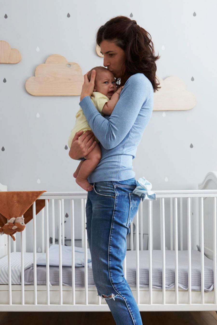Madre con su bebé en el dormitorio
