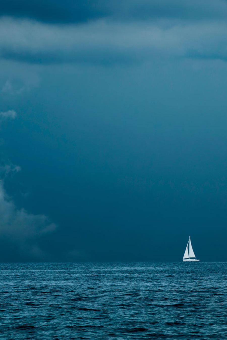 Velero navegando en un clima de tormenta