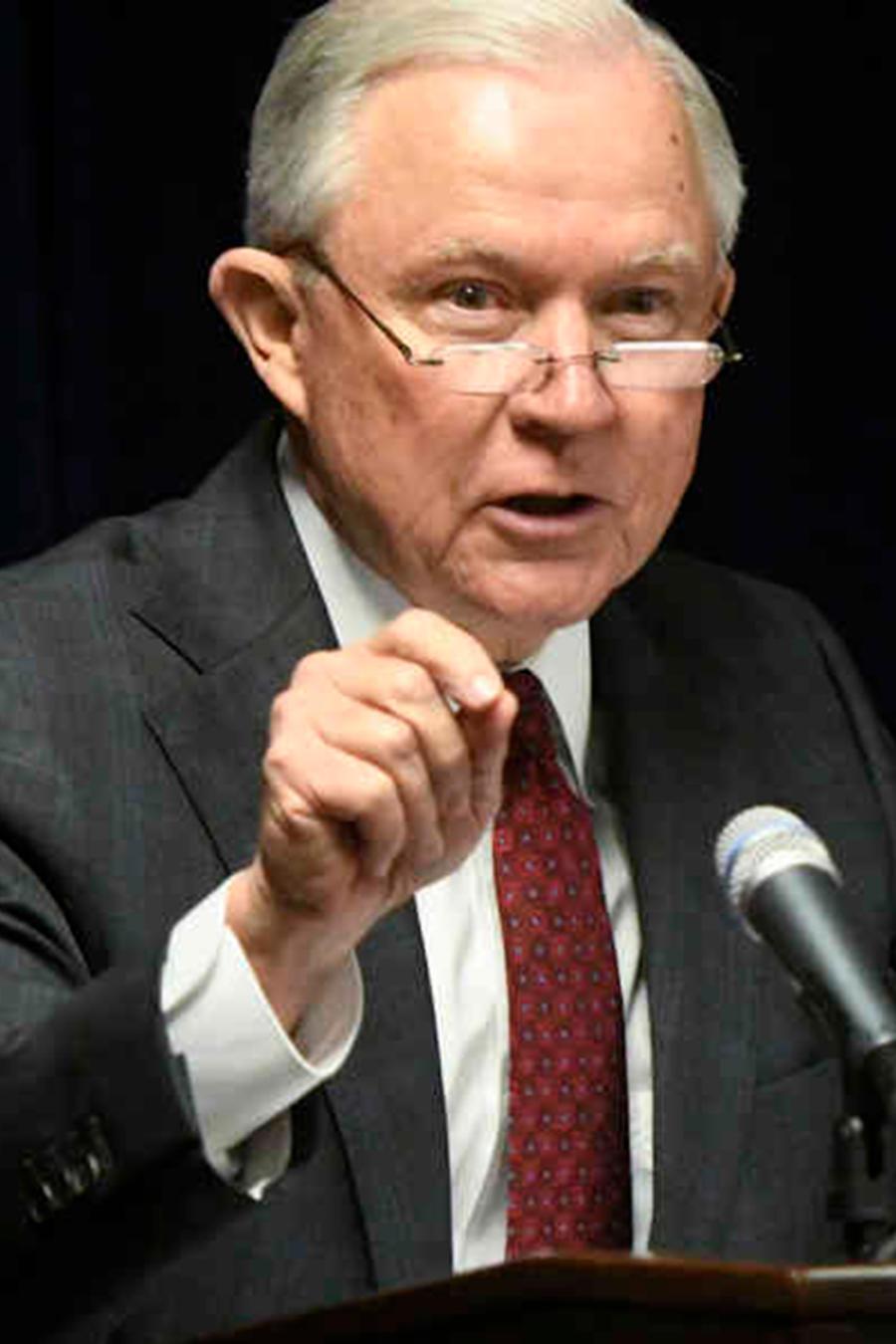 El secretario de Justicia Jeff Sessions habla sobre los esfuerzos para combatir los delitos violentos en Estados Unidos durante una presentación en la Oficina del Fiscal Federal para el Distrito Medio de Georgia, el jueves 9 de agosto de 2018, en Macon, G