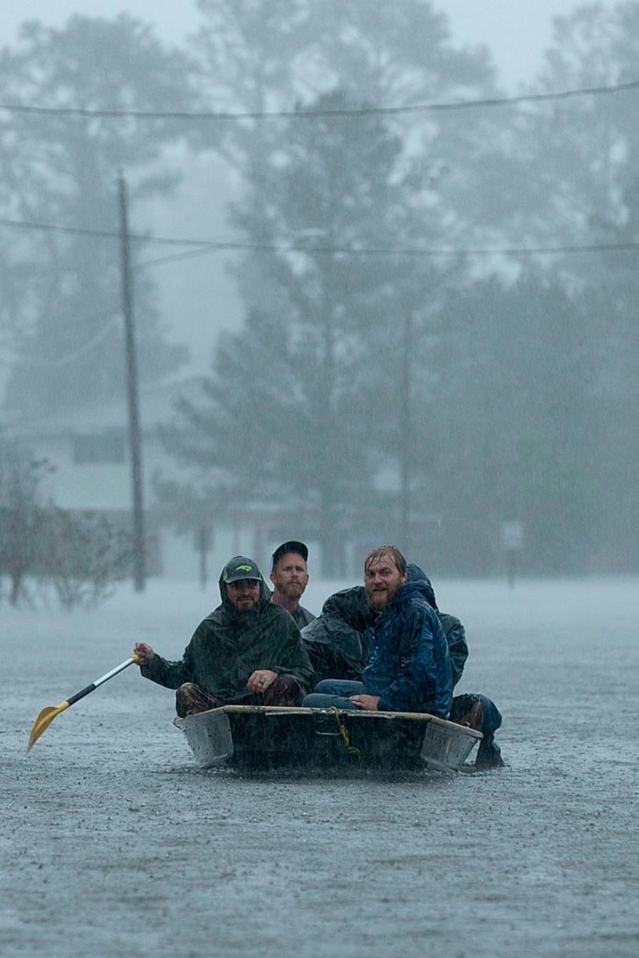 Voluntarios haciendo tareas de rescate en Carolina del Norte