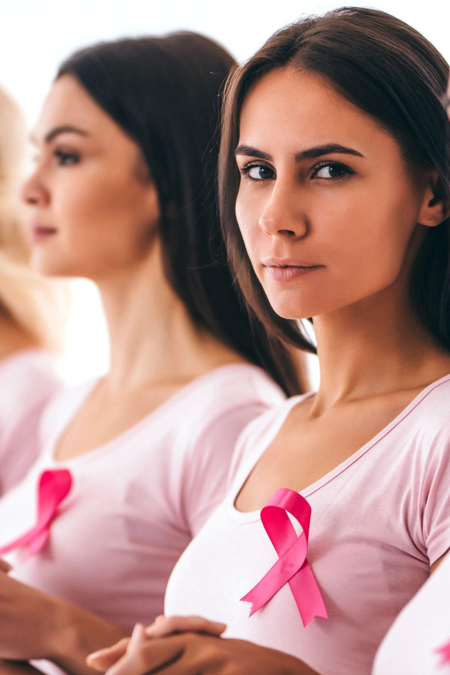 Mujeres tomadas de la mano, contra el cáncer de seno