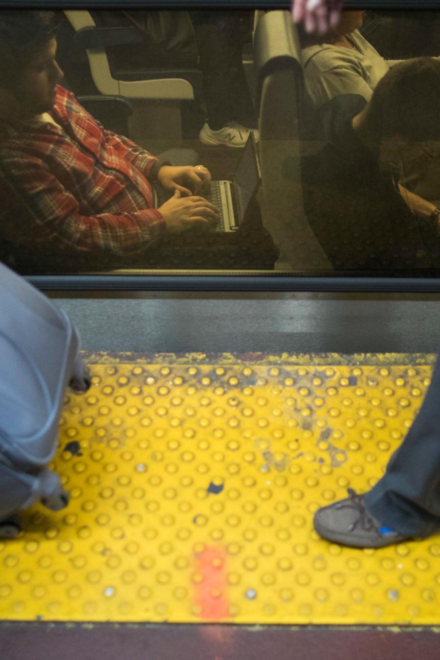 Personas viajan en un tren en una imagen de archivo