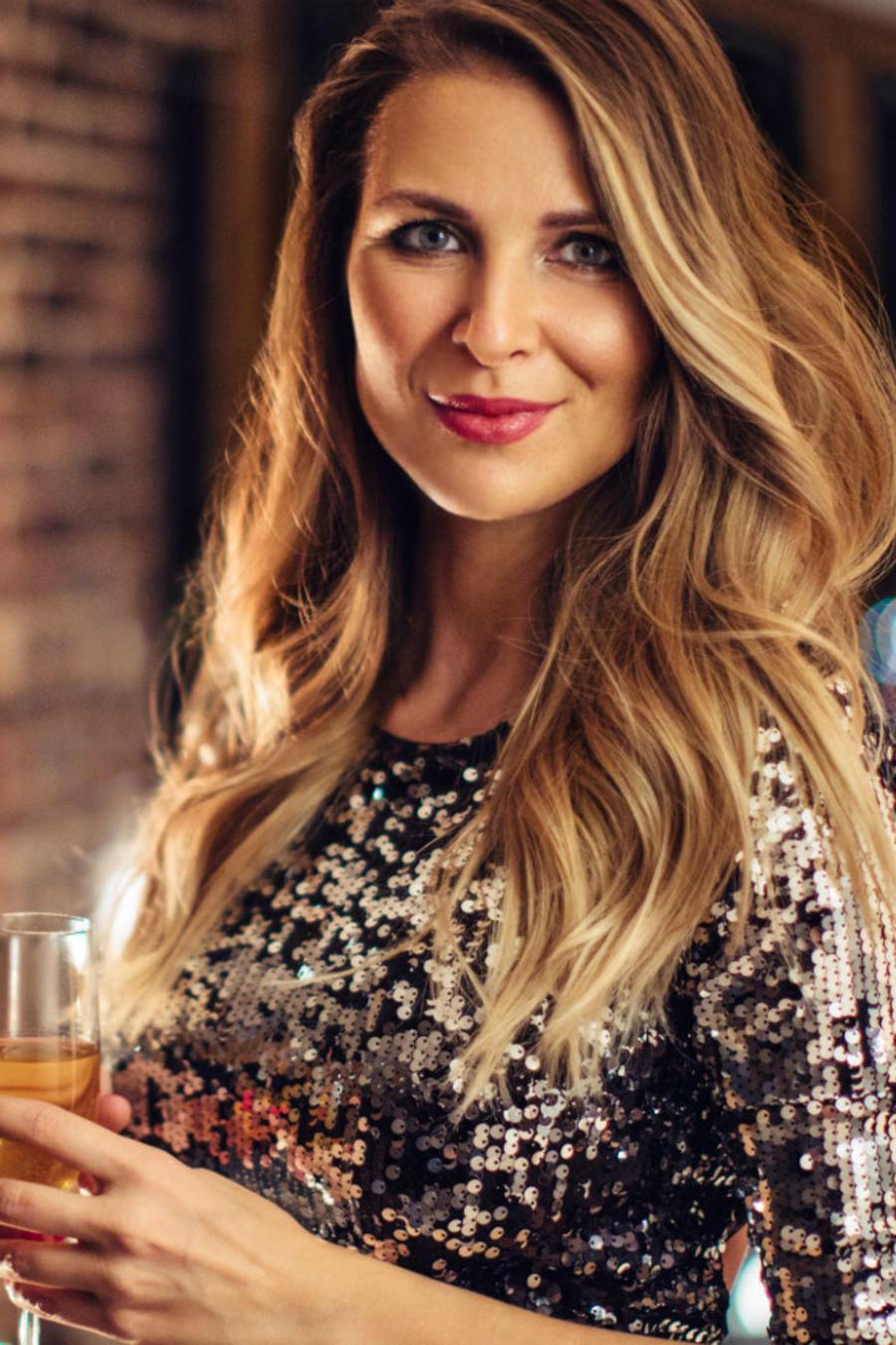 Mujer sosteniendo una copa de vino