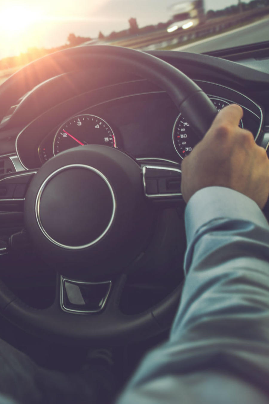 Hombre manejando un auto