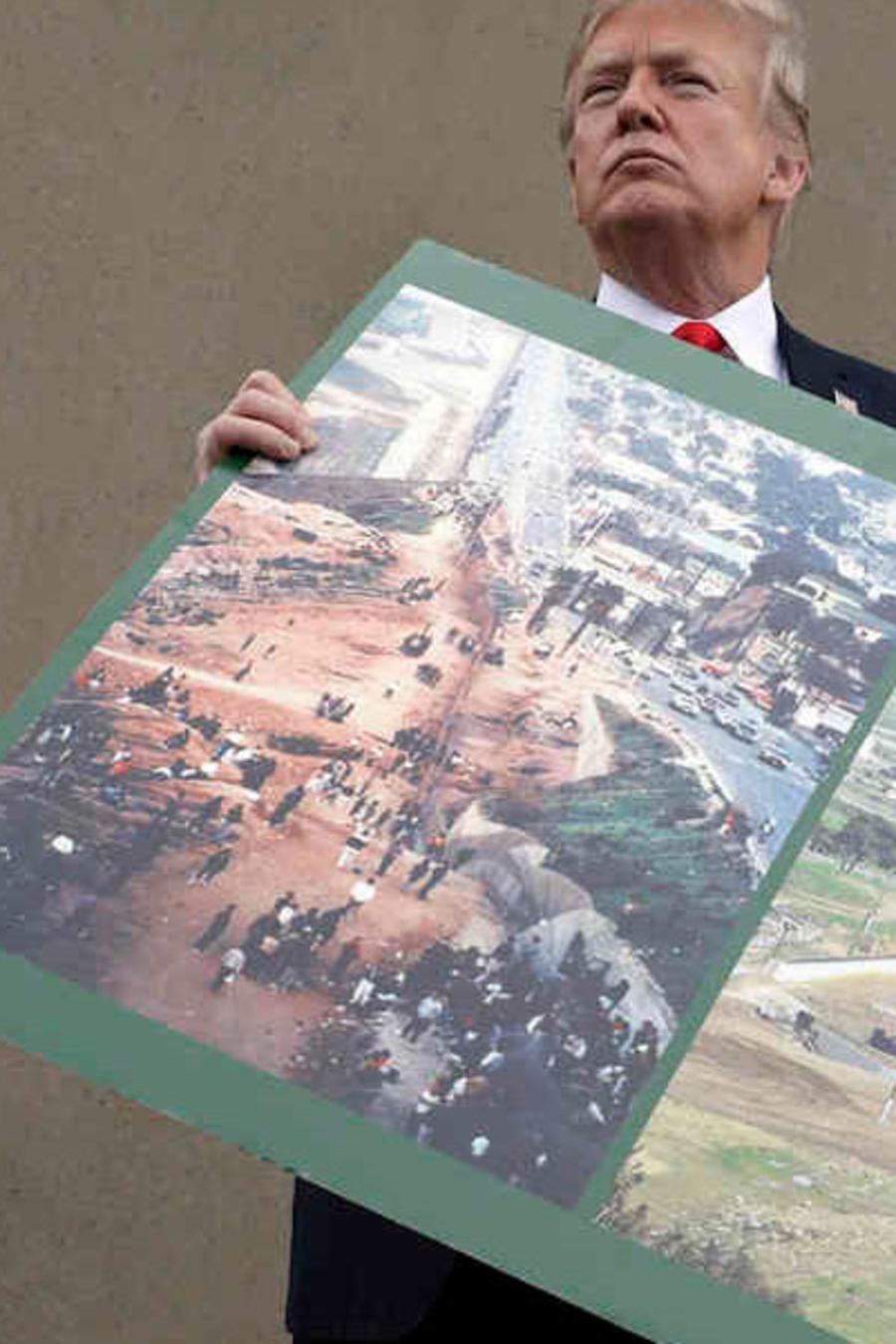 El presidente Trump sostiene una foto de la zona en al que pretende construir el muro fronterizo