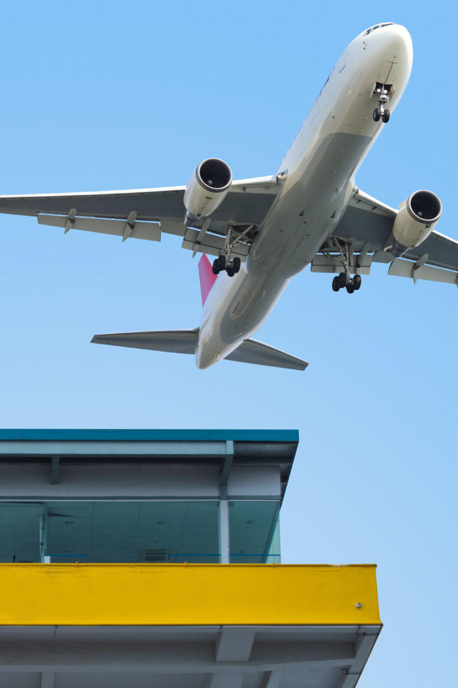 Avión volando sobre torre de control