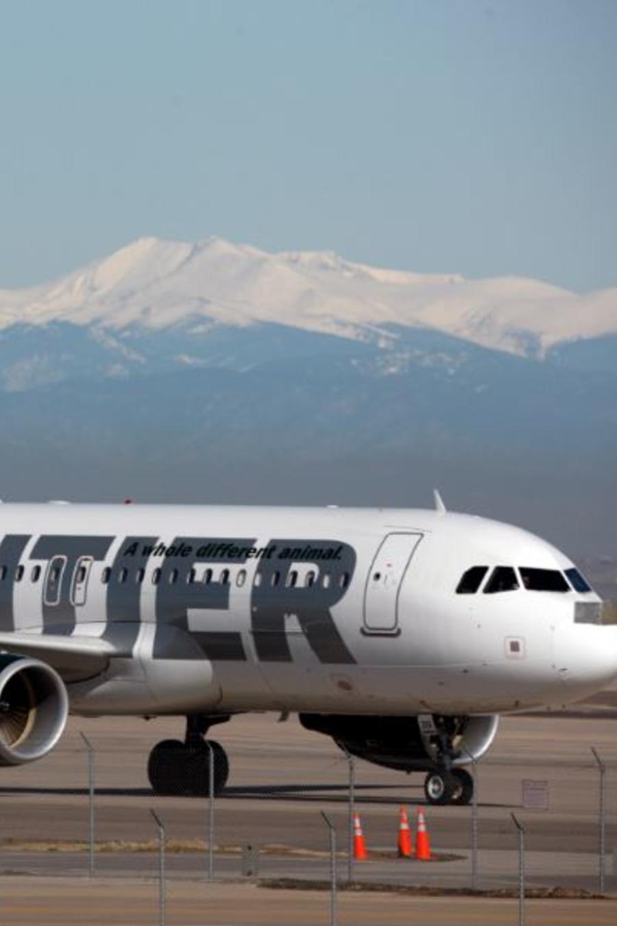 Una imagen de archivo de un avión de la compañía Frontier Airlines en el aeropuerto internacional de Denver.
