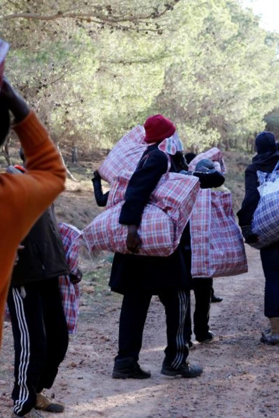 Foto de archivo de un grupo de migrantes en la ciudad costera de Nador, en el norte de Marruecos, que intentan cruzar a Melilla (España).