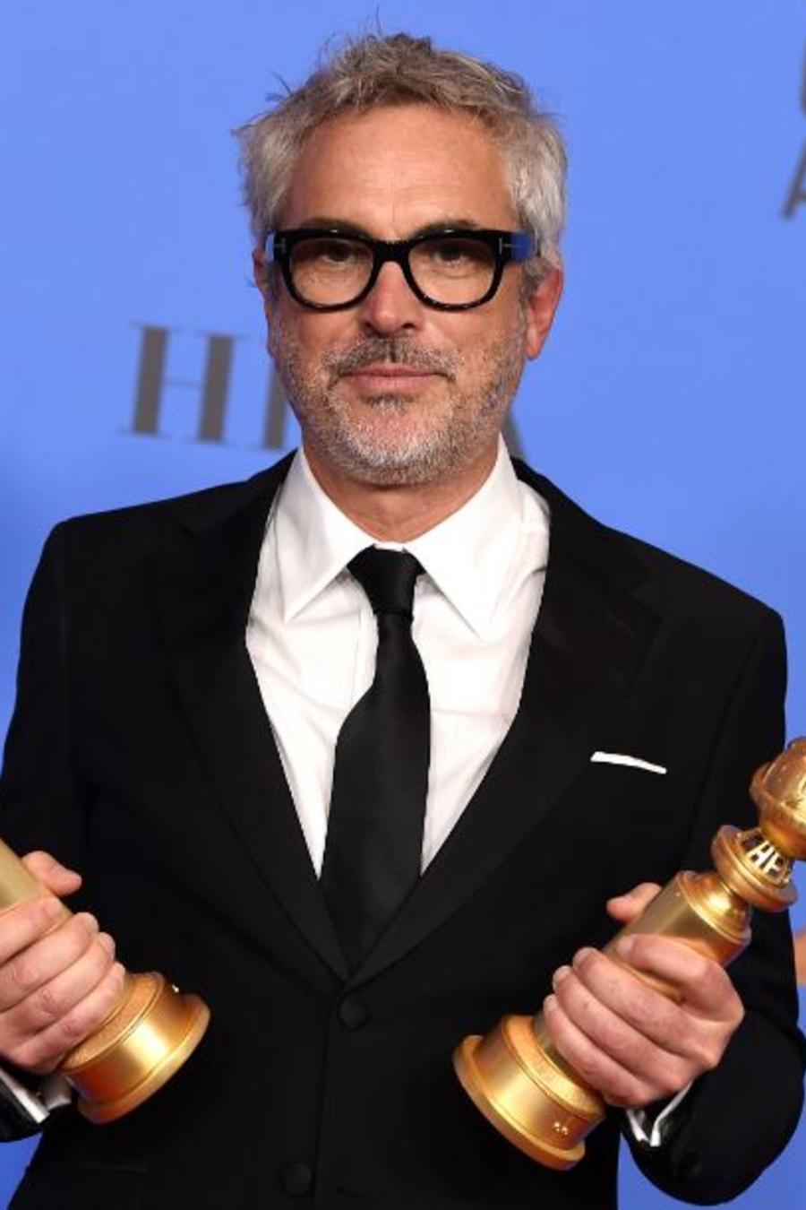 Alfonso Cuarón con los premios al mejor director y mejor película extranjera en la 76ª edición de los Globos de Oro este domingo en el hotel Beverly Hilton.