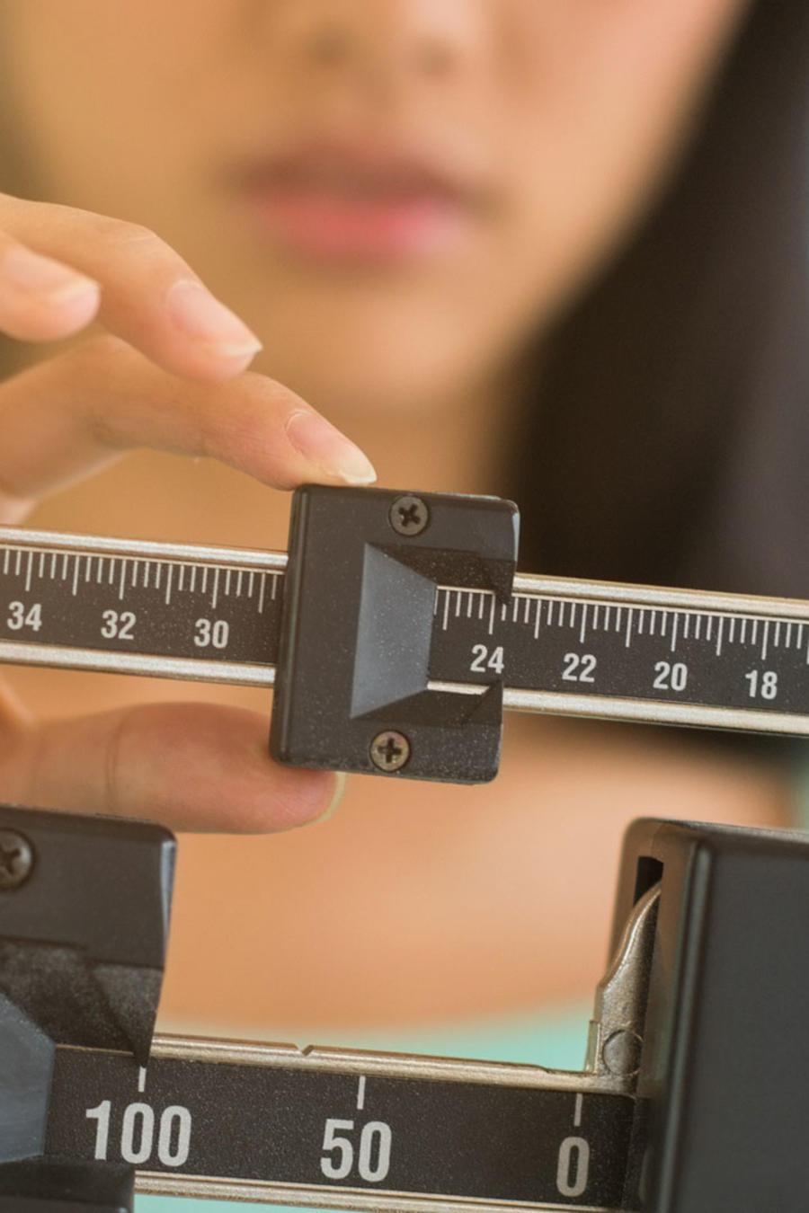 Mujer pesándose