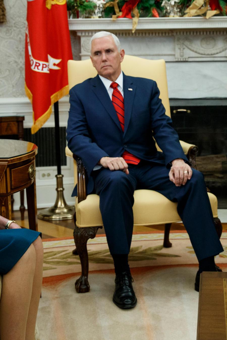 El presidente Donald Trump y Nancy Pelosi reunidos en presencia del vicepresidente Mike Pence