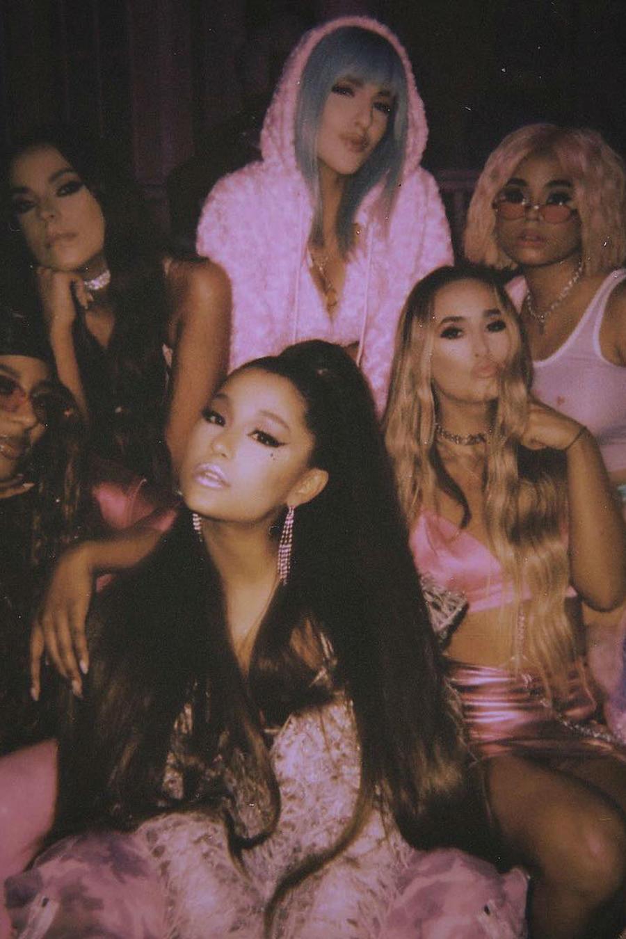 """Ariana Grande con las chicas del video """"7 Rings"""""""