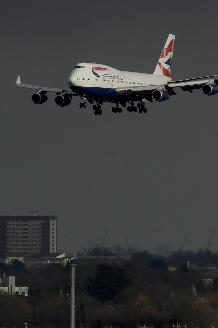 Avión aterrizando en el aeropuerto de Heathrow en Londres