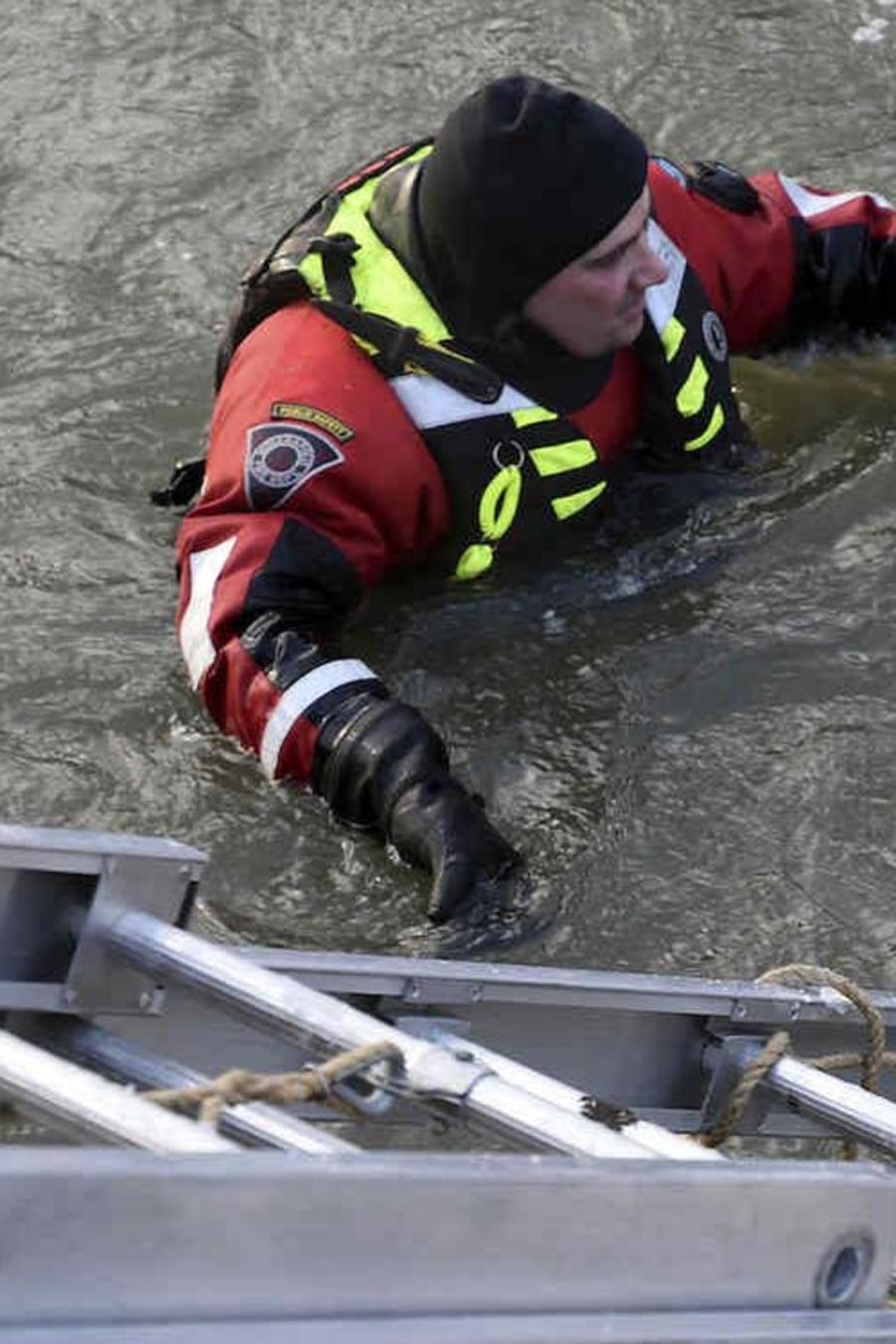 Rescate el lunes en Indianapolis de dos personas que quedaron atrapadas en un montón de maderos flotando en un río helado.