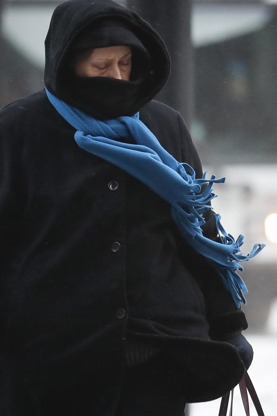 Una mujer camina bajo temperaturas gélidas en Cincinnati el 30 de enero de 2019