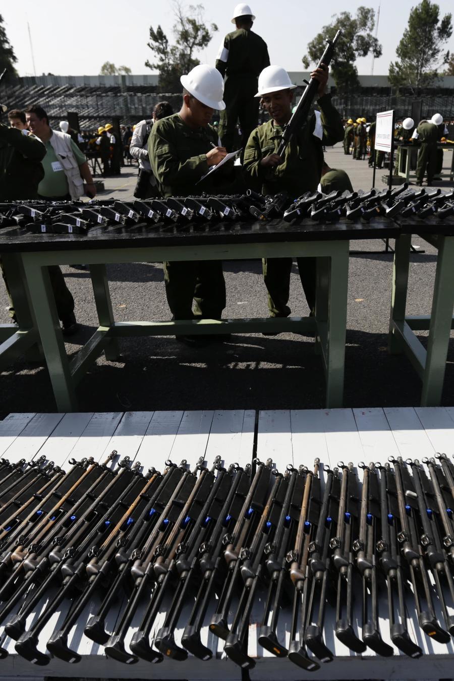 Fotografía de archivo de un cargamento de armas del crimen organizado confiscado por el Ejército mexicano
