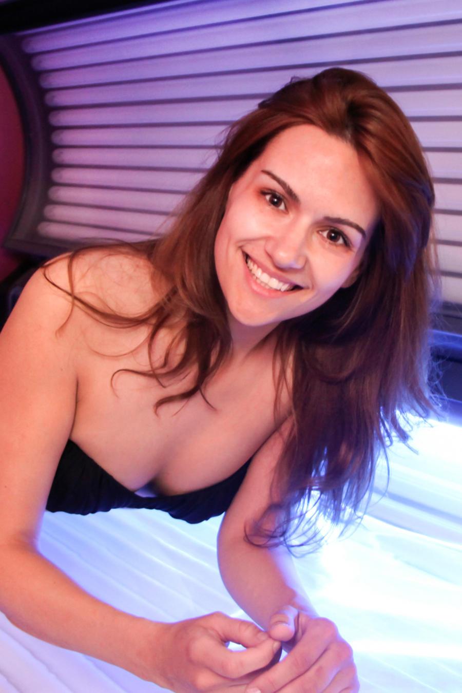 Mujer en cámara de bronceado.