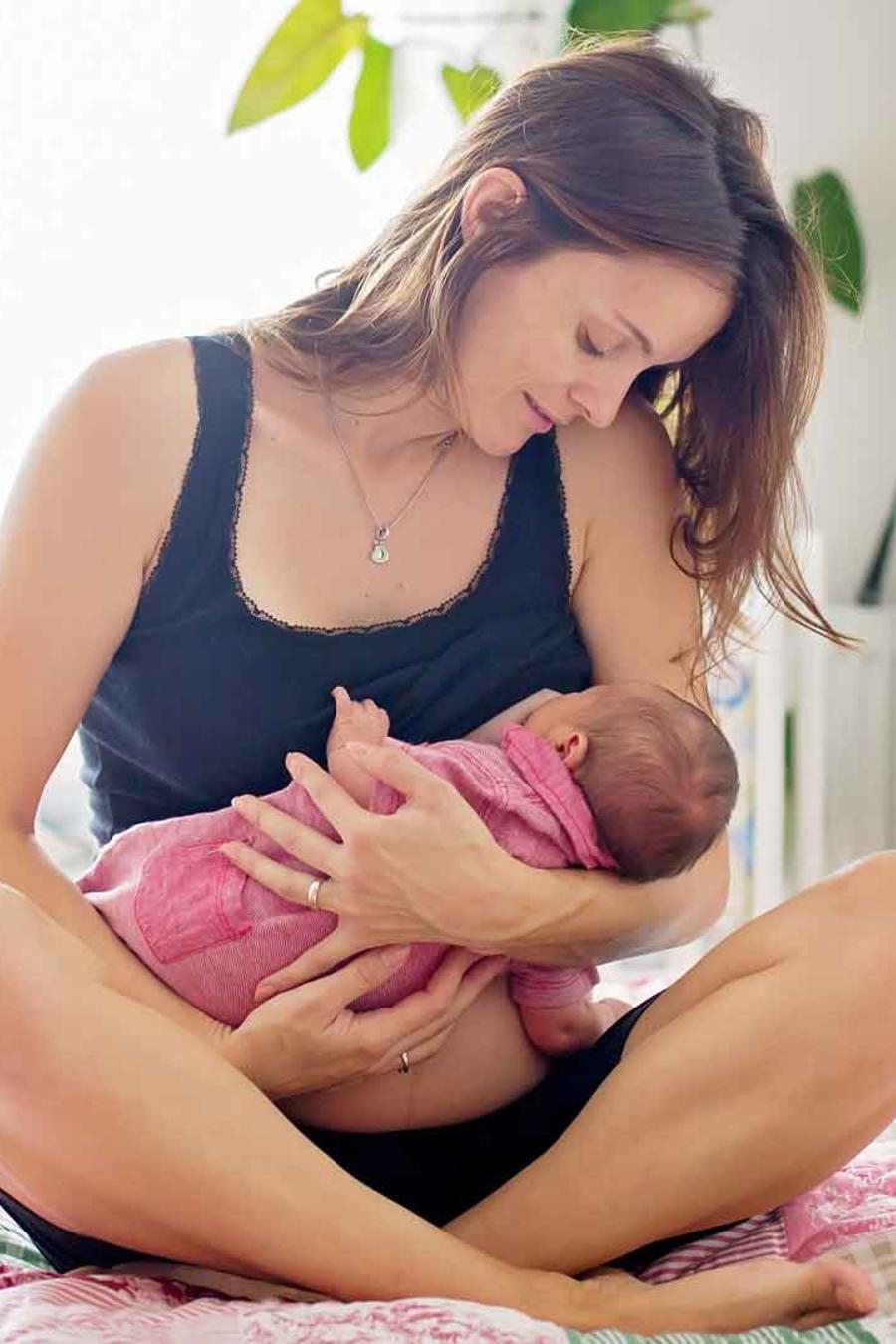 Madre lactando a su bebé