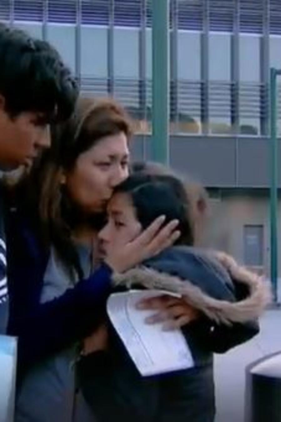 Thelma Medina abraza a su hija Julia tras más de 30 horas detenida en la frontera.