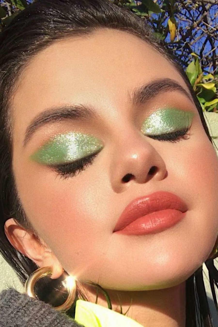 Selena Gomez look verde neon
