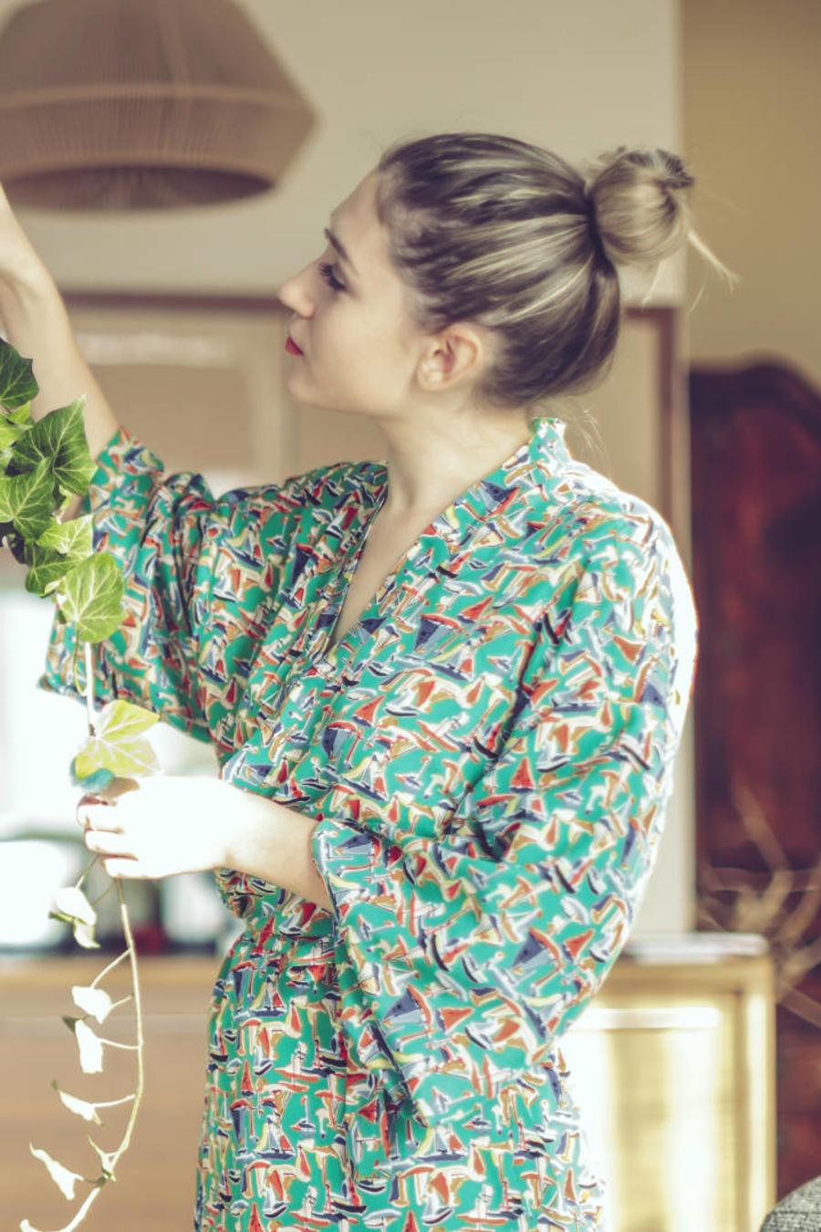 Mujer adornando con plantas