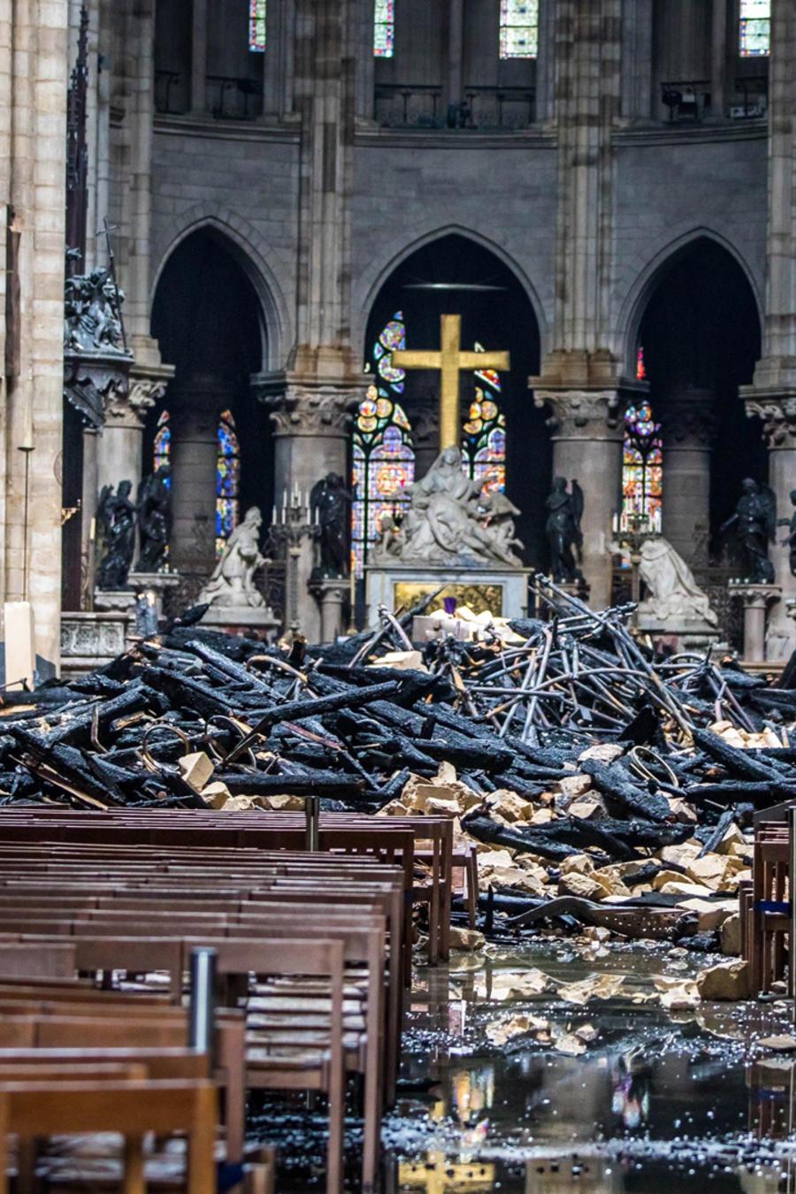Escombros en el altar mayor de Notre Dame de París tras masivo incendio