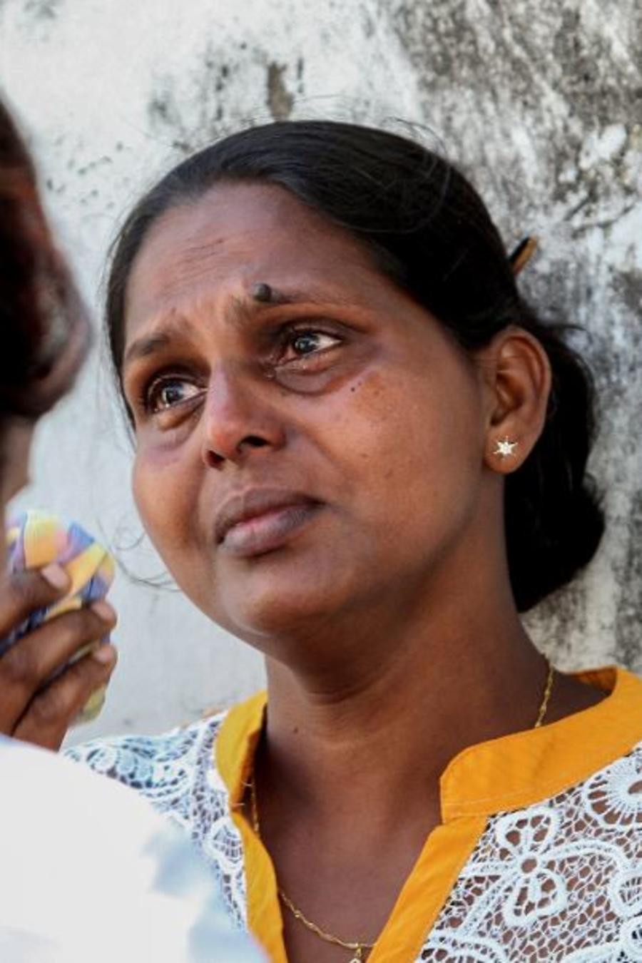 Familiares de víctimas frente a una morgue de la policía en Colombo, Sri Lanka, este lunes 22 de abril de 2019.