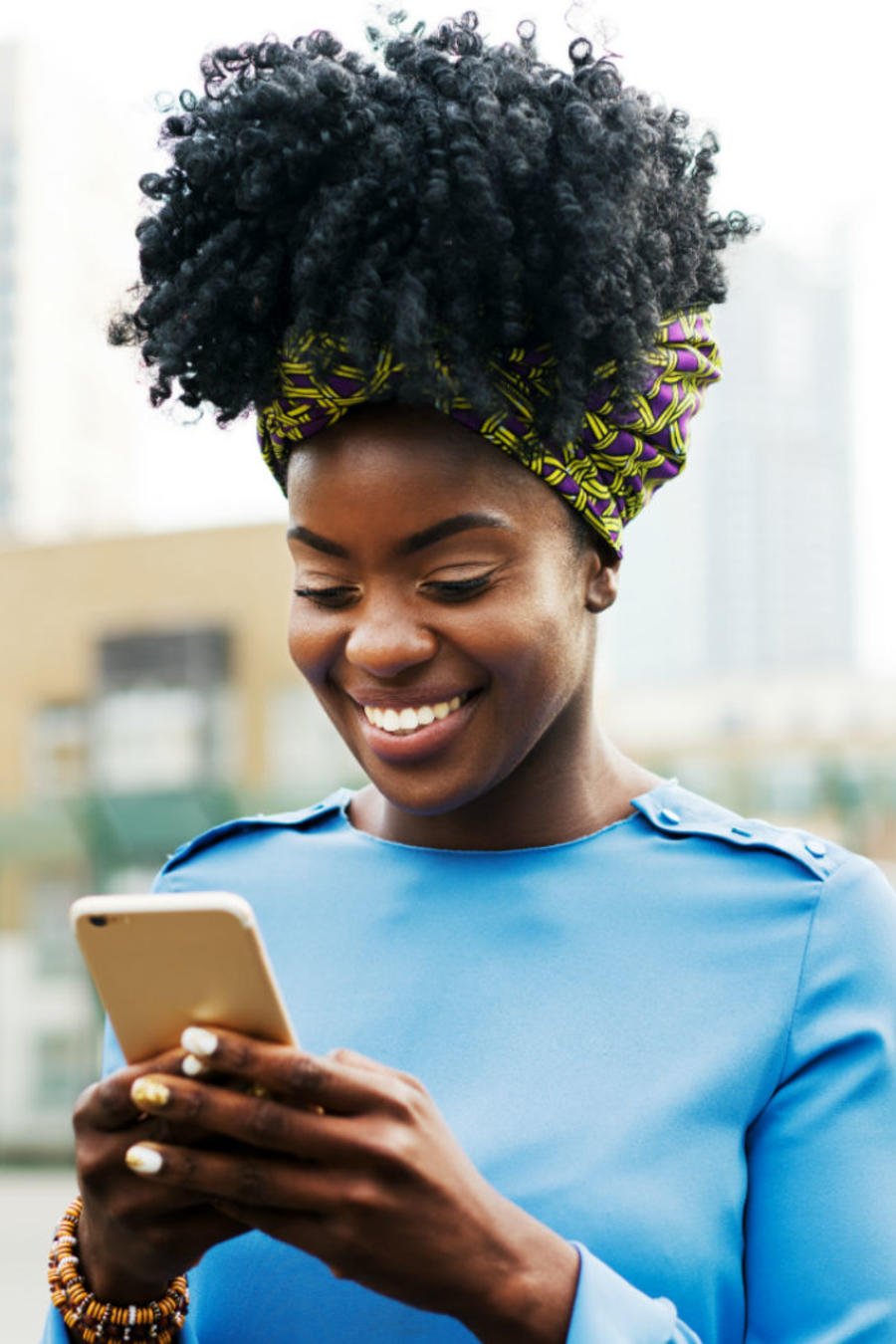 Mujer revisando app móvil